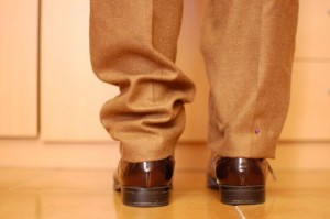 El bajo es muy estrecho y no cubre el zapato.